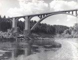 Zpevňování pilířů betonového mostu před chystanou zátopou, 50. léta 20. století