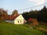 Tuto chalupu míjejí cyklisté na své trase směrem na Slabčice.
