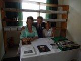 Prezentace hostů, prodej pohlednic a knih